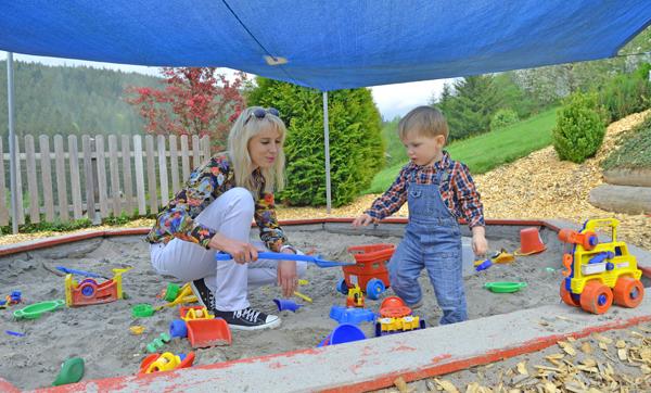 leon mit mama spielplatz