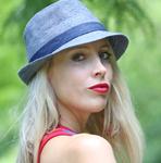 Elischeba mit blauem Hut