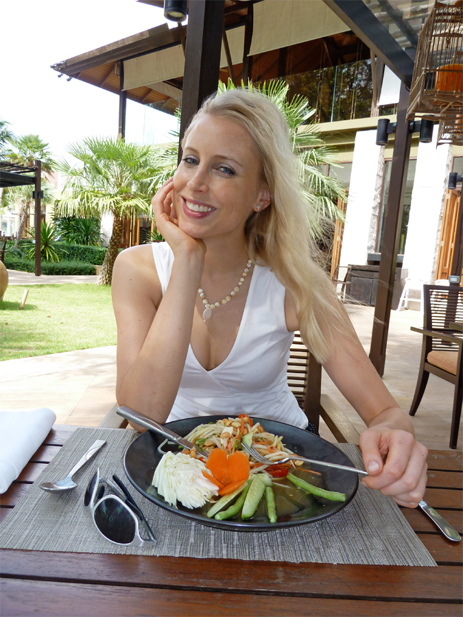 Elischeba genießt Papaya Salat in Thailand