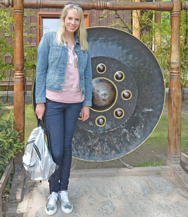 Elischeba kombiniert silberne Sneaker mit blue Jeans