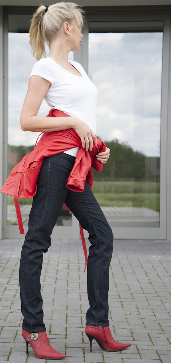 Blaumann Jeans und rote Lederjacke